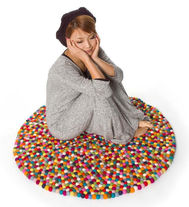 まんまるフェルトルームマット 【ビッグサイズ 100cm×100cm】の写真5 - 同じサイズの商品にモデルさんが座ってみました。悠々と座れるサイズです。