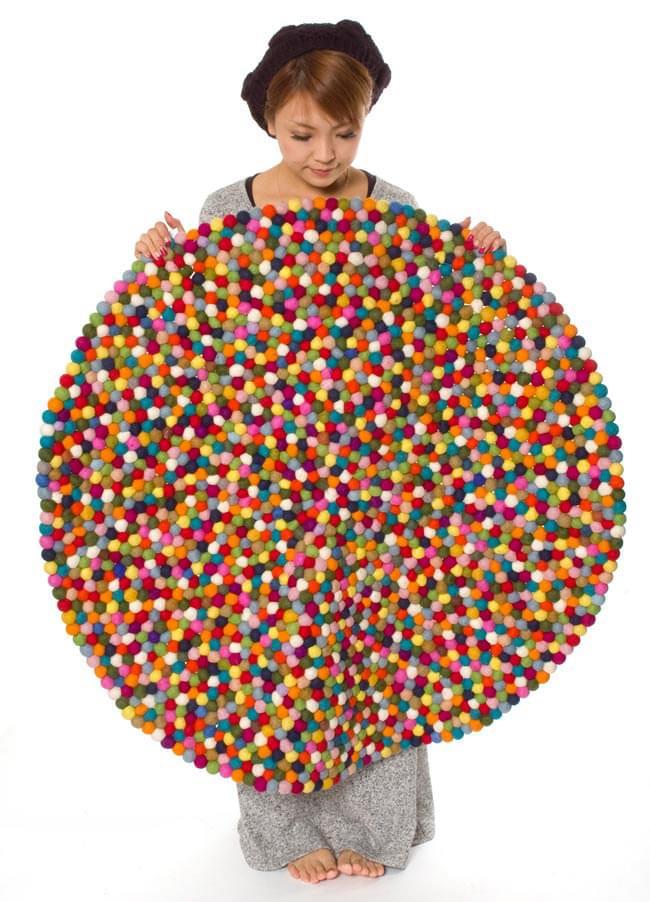 まんまるフェルトルームマット 【ビッグサイズ 100cm×100cm】の写真6 - 同じサイズの商品をモデルさんが手で持ってみました。大きくて安心感がありますね。