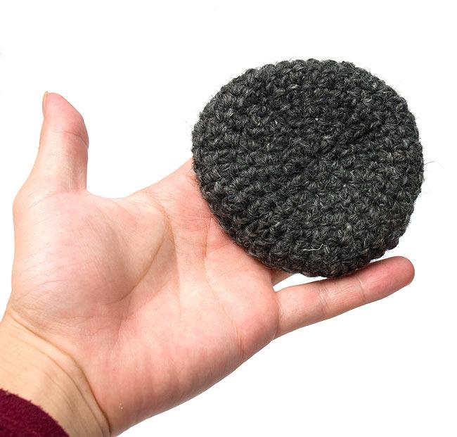 【2枚セット】柔らかコットンコースター - 黒の写真3 - 大きさを感じて頂く為、手に持ってみました。