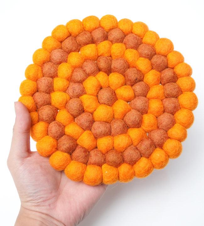 まんまるフェルトルームマット 【直径:20cm】の写真4 - 大きさを感じていただく為、手と比較した写真です。