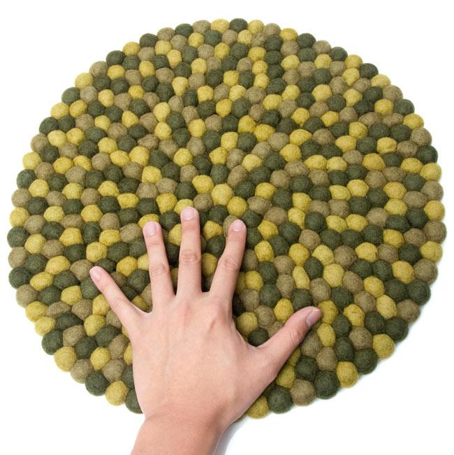 まんまるフェルトルームマット 【直径:38cm】の写真4 - 大きさを感じていただく為、手と比較した写真です。