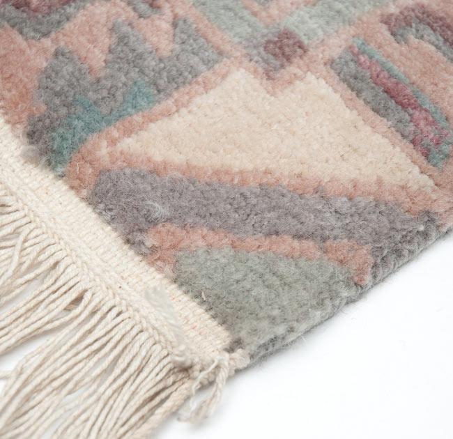 手織りのチベット絨毯【約60cm×約90cm】 2 - 縁のフリンジ部分の拡大写真です。