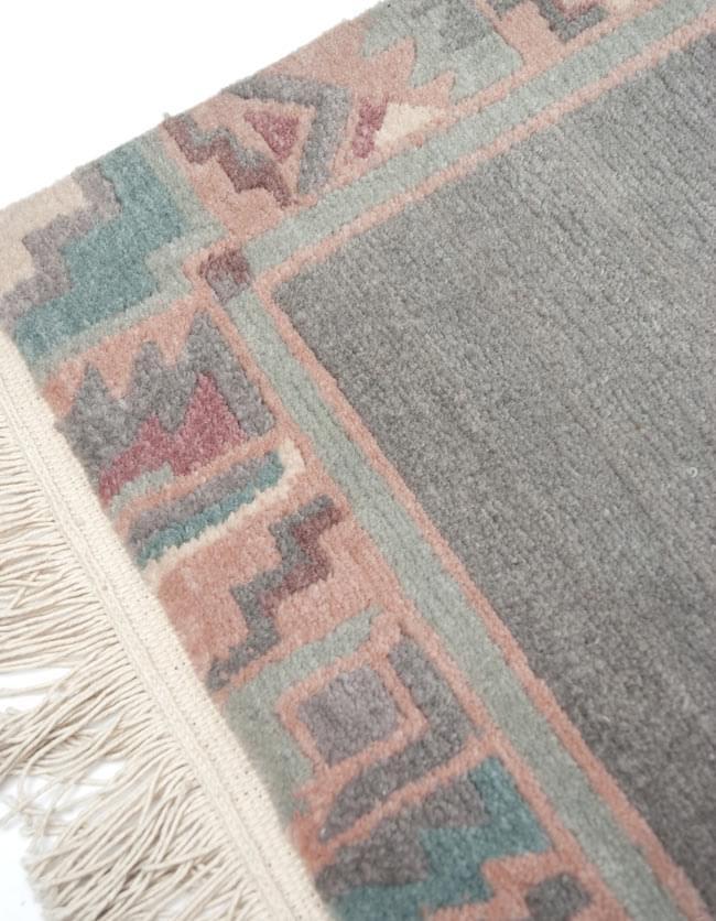 手織りのチベット絨毯【約60cm×約90cm】 3 - 柄をアップにしてみました。途方もない時間と手間暇を掛けて作られております。