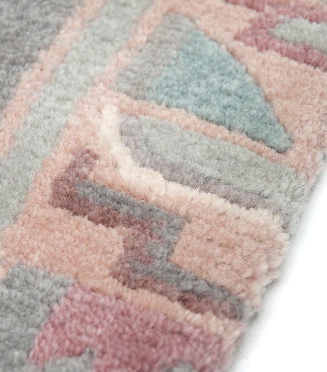 手織りのチベット絨毯【約60cm×約90cm】 4 - 更に柄を拡大したところです。写真だとなかなか伝わらないですが、肌触りも良いです。
