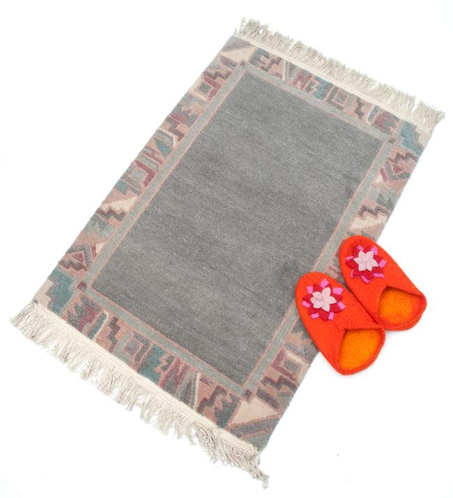 手織りのチベット絨毯【約60cm×約90cm】 6 - サイズ比較の為、約25cm程度のスリッパと一緒においてみました。