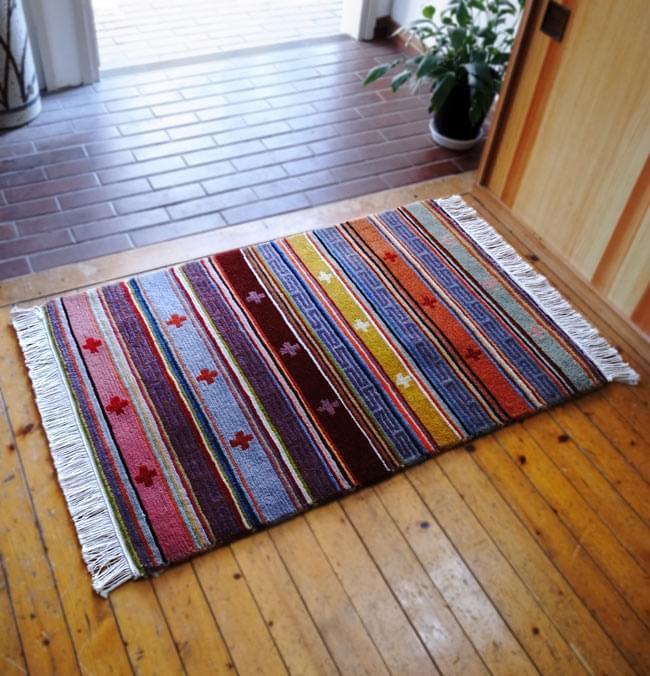 手織りのチベット絨毯【約60cm×約90cm】 8 - 試しに同ジャンル品(60cm*90cm)を玄関マットとして使用したところです。玄関がとても華やかになりますよ!その他バスマットやキッチンマット、フットマットなどなど、色々な場面でご利用いただけます。