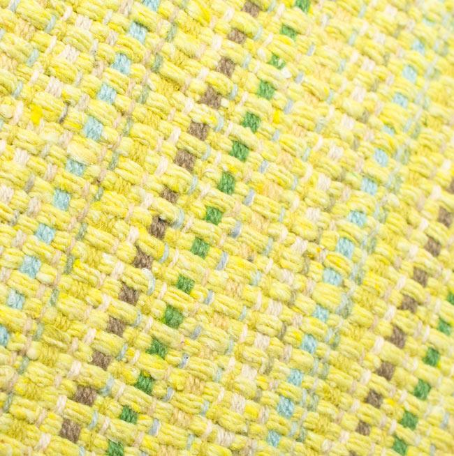 インドコットンの手織りラグマット【約65cm×約42cm】 - 淡黄色の写真5 - ラグの表面を別の角度から撮影しました