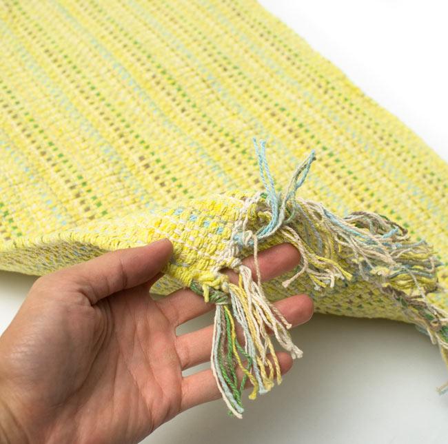 インドコットンの手織りラグマット【約65cm×約42cm】 - 淡黄色の写真6 - サイズ比較のために手に持ってみました