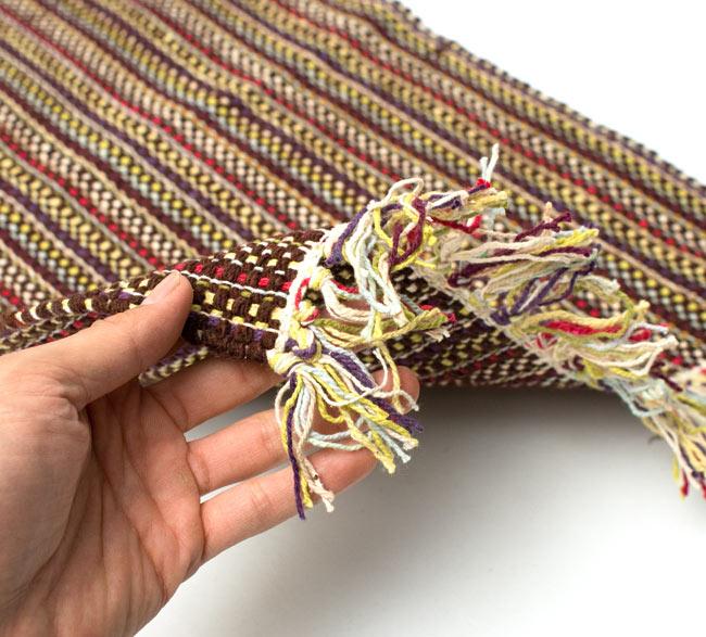 インドコットンの手織りラグマット【約65cm×約42cm】 - 濃茶色の写真7 - サイズ比較のために手に持ってみました