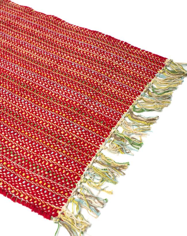 インドコットンの手織りラグマット【約65cm×約42cm】 - 赤の写真2 - ラグのフリンジ部分を大きく撮影しました