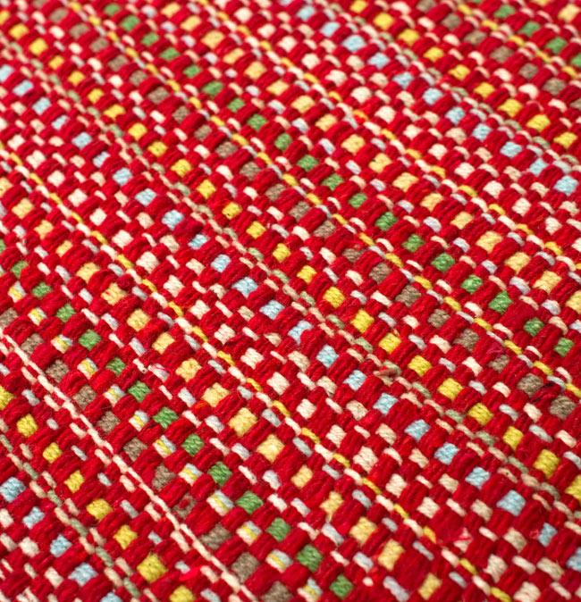 インドコットンの手織りラグマット【約65cm×約42cm】 - 赤の写真5 - ラグの表面を別の角度から撮影しました