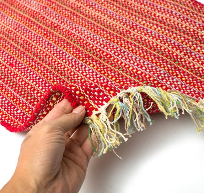 インドコットンの手織りラグマット【約65cm×約42cm】 - 赤の写真7 - サイズ比較のために手に持ってみました