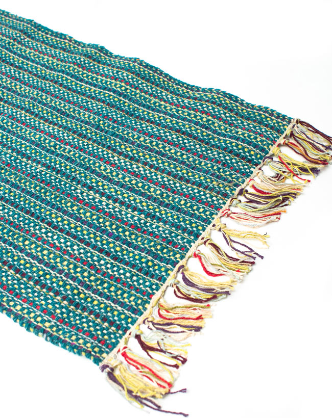 インドコットンの手織りラグマット【約65cm×約42cm】 - ピーコックブルーの写真2 - ラグのフリンジ部分を大きく撮影しました