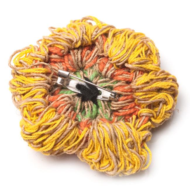 ヒマラヤヘンプのブローチの写真2 - 裏面です。ブローチとして使えるように小さなピンがついています