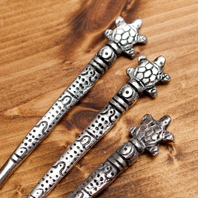 アジアン金属のかんざし【亀さん】 3 - 手作りなので少しずつ仕上がりが異なるのもまた魅力ですね。