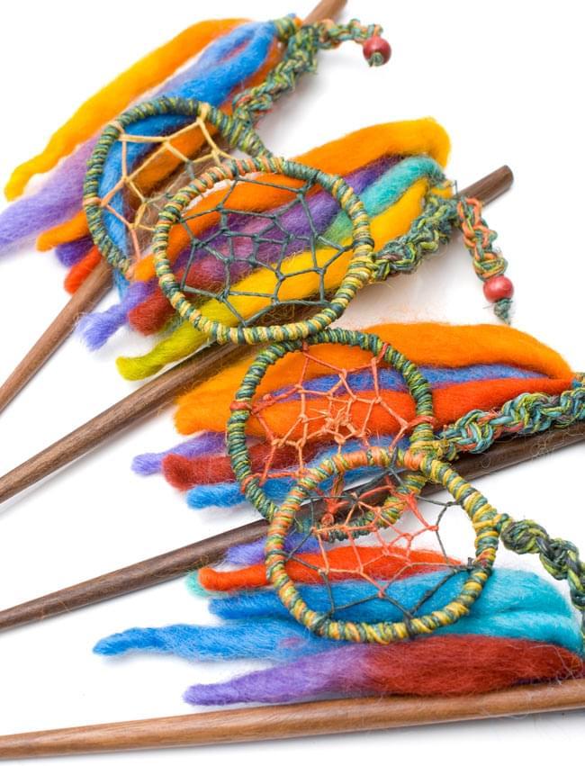 ネパールのかんざし - [ふわふわフェルトとドリームキャッチャー]の写真6 - 手作りのため、一部カラーリングなどが異なる場合がございます。アソートでのお届けとなりますので、ご了承の上お買い求めくださいませ。