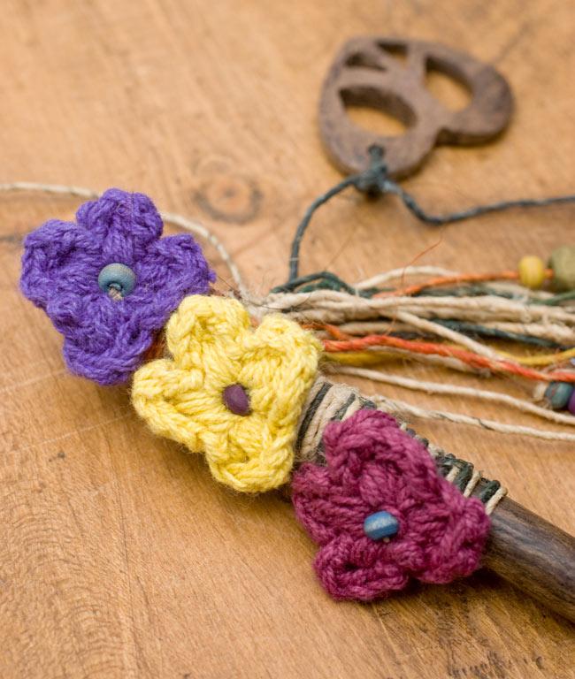 ネパールのかんざし[ピースマークとお花]の写真3 - 飾り部分を、角度を変えてみてみました。
