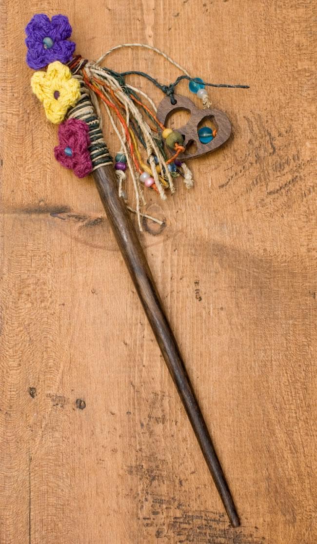 ネパールのかんざし[ピースマークとお花]の写真4 - 素朴な質感が魅力的です。