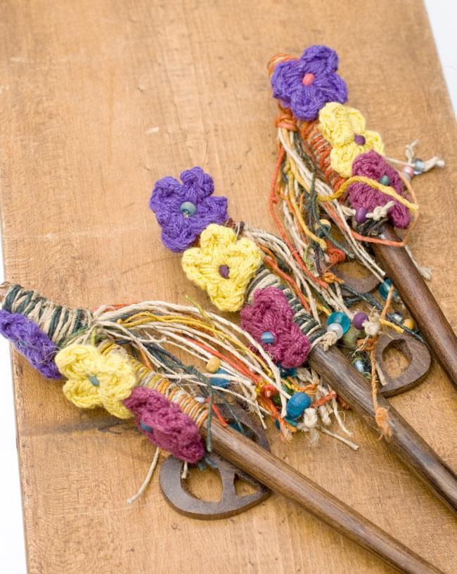 ネパールのかんざし[ピースマークとお花]の写真6 - 手作りのため、一部カラーリングなどが異なる場合がございます。アソートでのお届けとなりますので、ご了承の上お買い求めくださいませ。