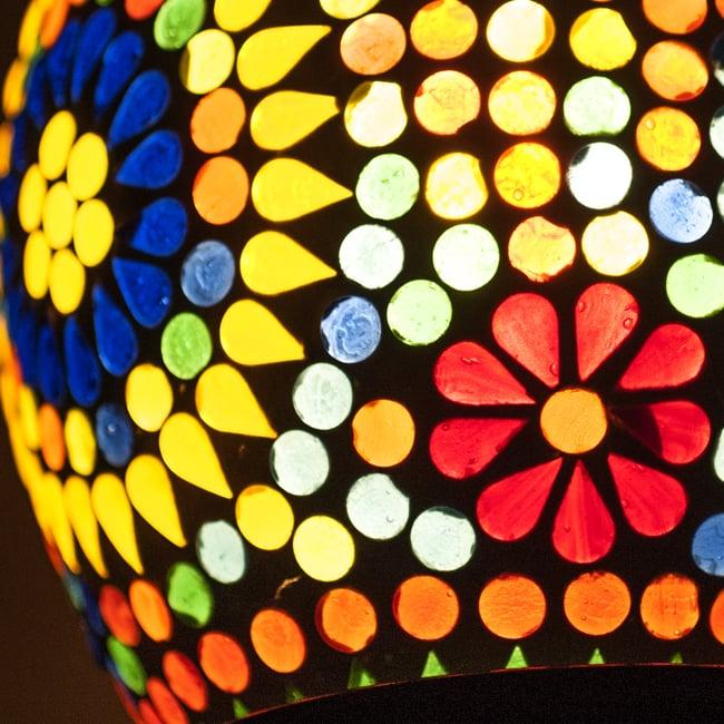 吊り下げモザイクランプ - (直径:約13.5cm)の写真3 - 近寄って見てみました。趣のある灯りです。