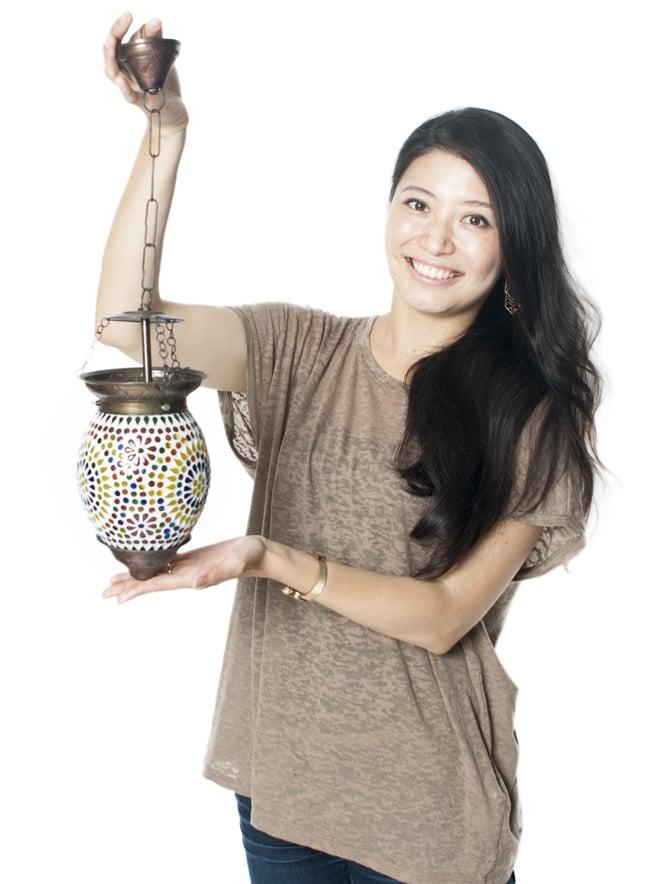 吊り下げモザイクランプ - (直径:約13.5cm)の写真7 - モデルさんが手にとってみるとこれくらいの大きさです。