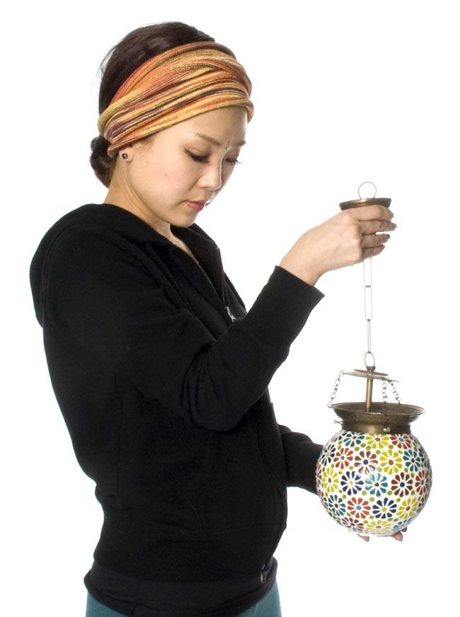 吊り下げモザイクランプ - 球形 (直径:約15cm)の写真7 - 同じサイズの商品をモデルさんに持ってもらいました。