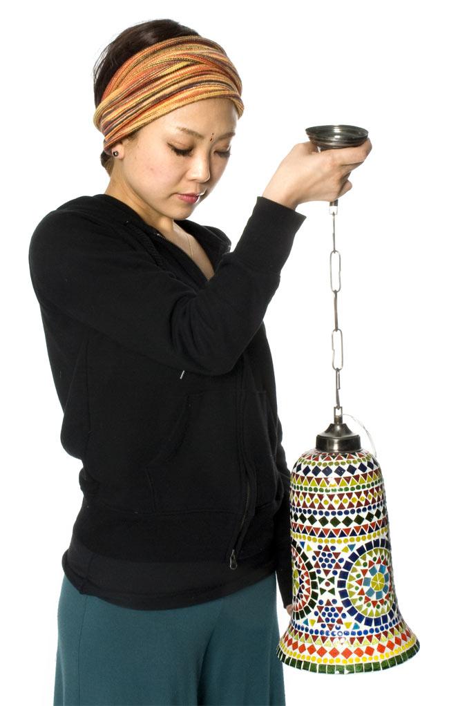 吊り下げモザイクランプ - 壺形 (直径:約18cm)の写真6 - 同じくらいの大きさの商品をモデルさんに持ってもらいました。