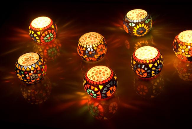 モザイクキャンドルスタンド- 小の写真6 - 同ジャンル品を平らな台の上で点灯してみました。