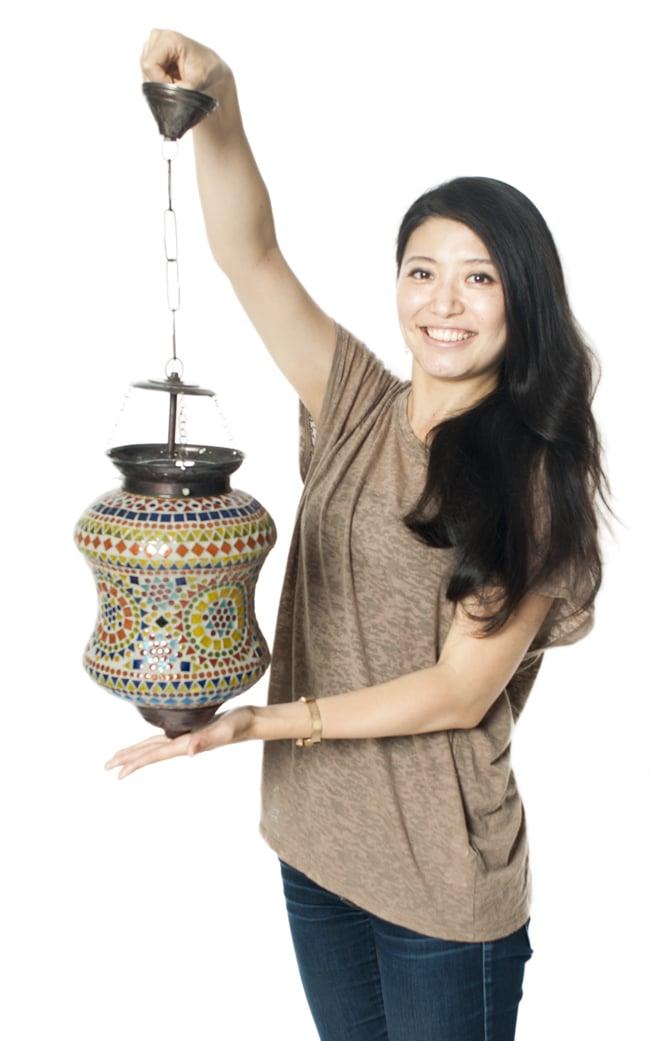 吊り下げモザイクランプ - (直径:約20.5cm)の写真7 - 女性が持ってみるとこれくらいの大きさです。