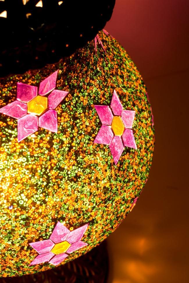 床置き ハーレムモザイクランプ - Aの写真3 - 更に近づいてみました。煌めく星空を思わせるようなランプです。