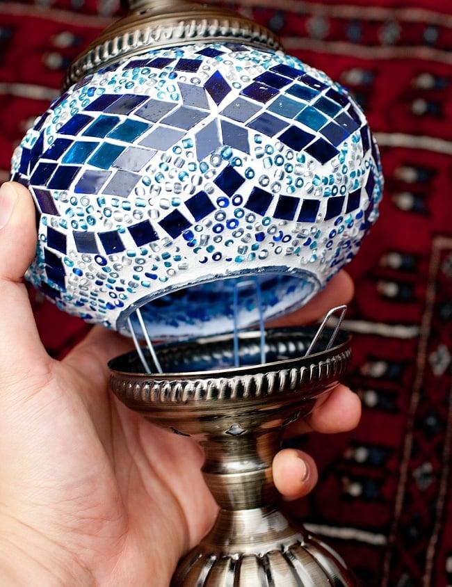 モザイクガラスのアラビアンランプ - 床置の写真12 - このように組み合わせます。接続部の金属パーツは結構反発が強いので指を挟まないよう、一つづつ抑えながらゆっくり嵌めてください。