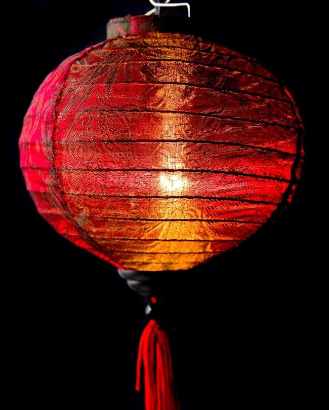 ベトナム伝統のホイアン・ランタン(提灯) -丸型 小 3 - 拡大してみました。生地には細かな伝統模様が刻み込まれています。