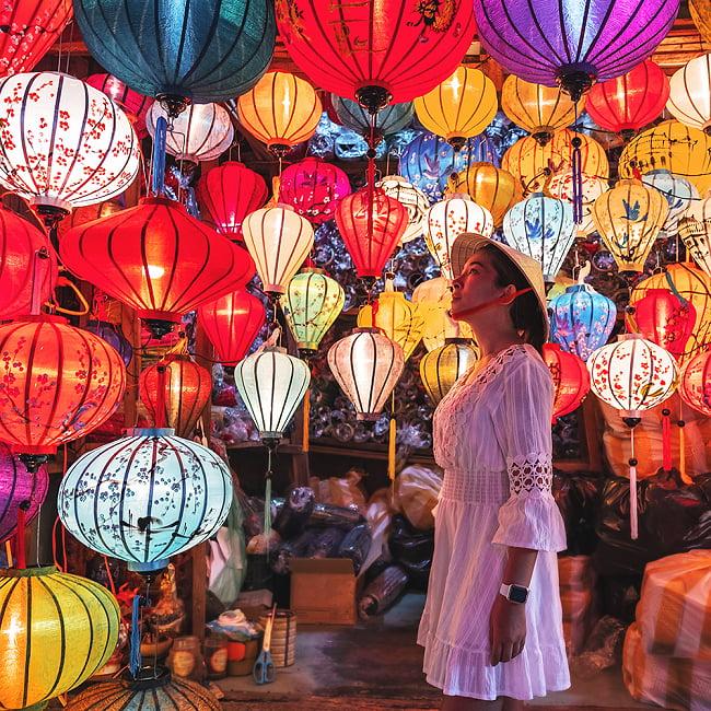 ベトナム伝統のホイアン・ランタン(提灯) -丸型 大 11 - 点灯時と日中の光で見た様子の比較です。