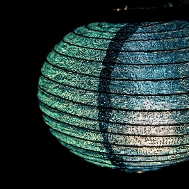 ベトナム伝統のホイアン・ランタン(提灯) -丸型 大 3 - 拡大してみました。生地には細かな伝統模様が刻み込まれています。