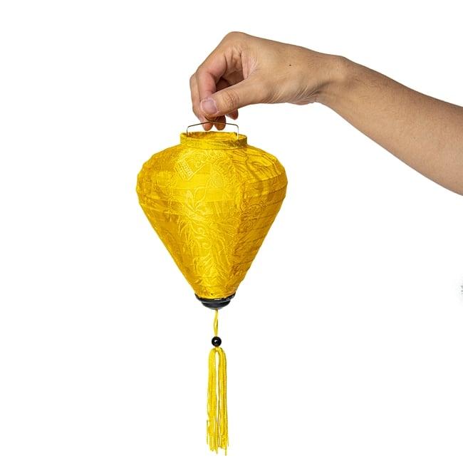 ベトナム伝統のホイアン・ランタン(提灯) - ほおずき型 小 コイルタイプ 10 - 手に取るとこれくらいのサイズ感です