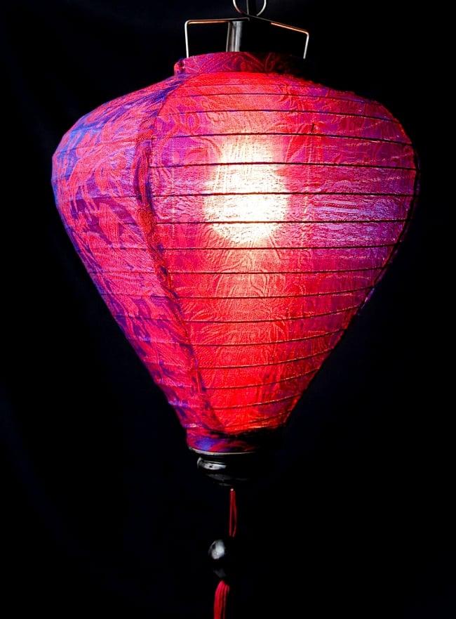 ベトナム伝統のホイアン・ランタン(提灯) -お椀型 大 3 - 拡大してみました。生地には細かな伝統模様が刻み込まれています。