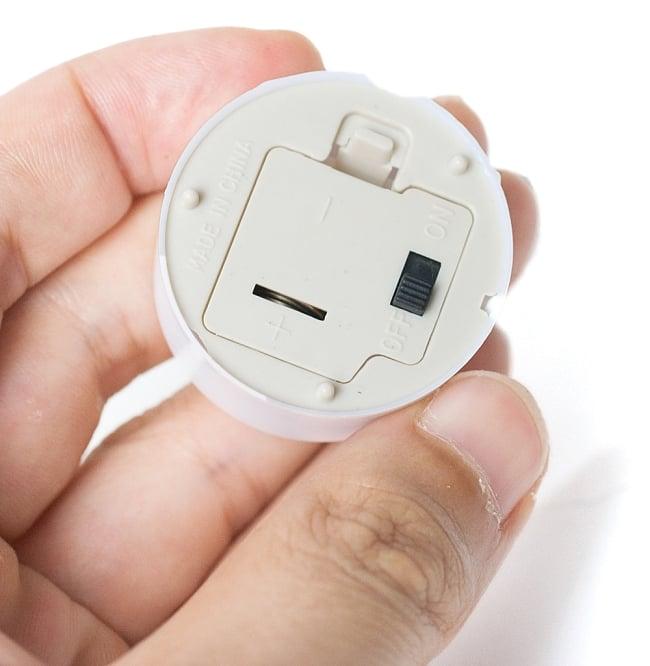 小さいのにまぶしい キャンドル型LEDホワイトライト 3 - 裏面にON-OFFのスイッチが付いています