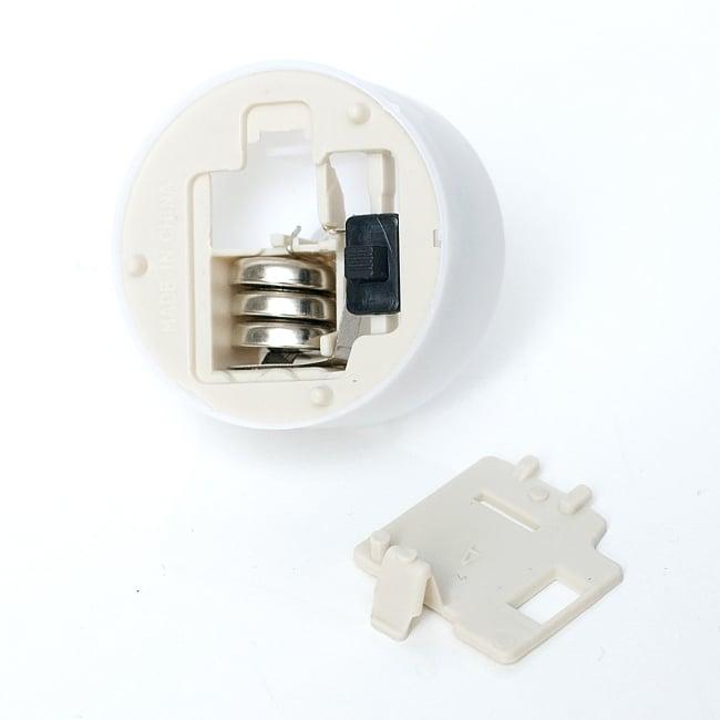 小さいのにまぶしい キャンドル型LEDホワイトライト 4 - ボタン電池も付属します。交換可能なので電池をかえれば何回も使用可能です。