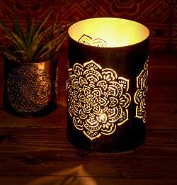 幾何学模様の透かし彫りが美しいマンダラランプ[円筒形 高さ:15cm]