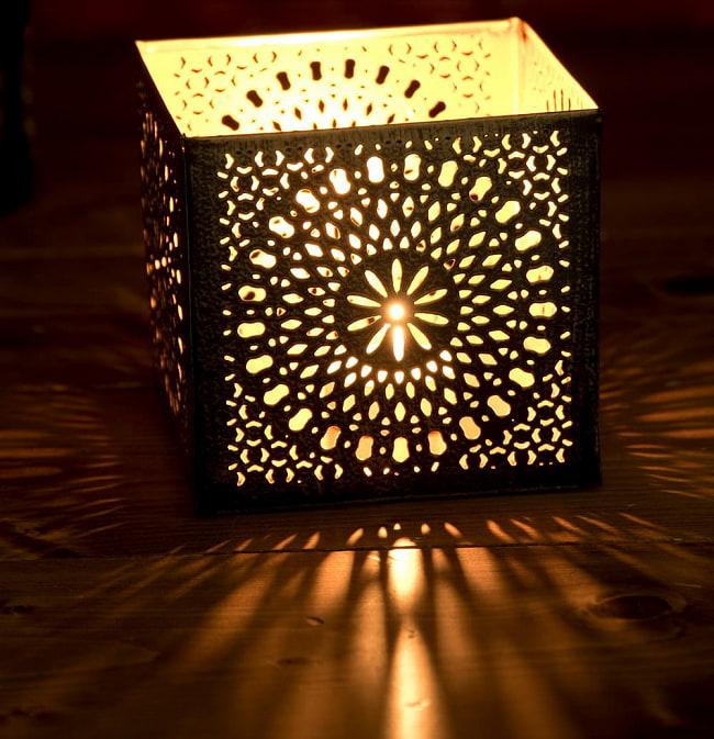 幾何学模様の透かし彫りが美しいマンダラランプ[高さ:10.5cm No.185174] 2 - 繊細な切子細工の様子です。地面に投げかける光が美しいです。