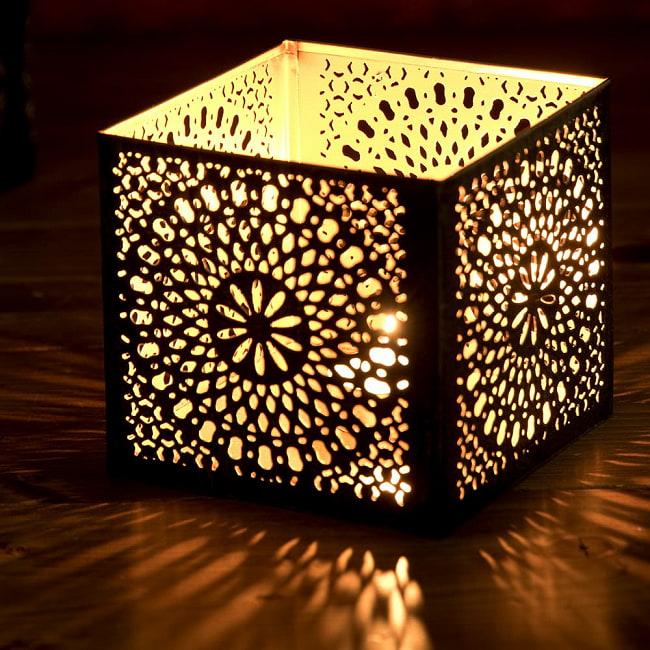 幾何学模様の透かし彫りが美しいマンダラランプ[高さ:10.5cm No.185174] 3 - 繊細な切子細工の様子です。地面に投げかける光が美しいです。