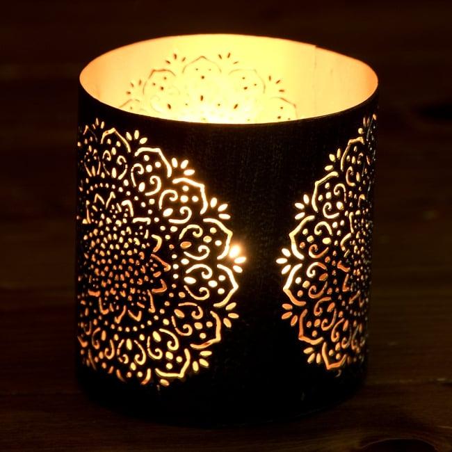 幾何学模様の透かし彫りが美しいマンダラランプ[円筒形・マンダラ 高さ:8cm] 2 - 繊細な切子細工の様子です。地面に投げかける光が美しいです。