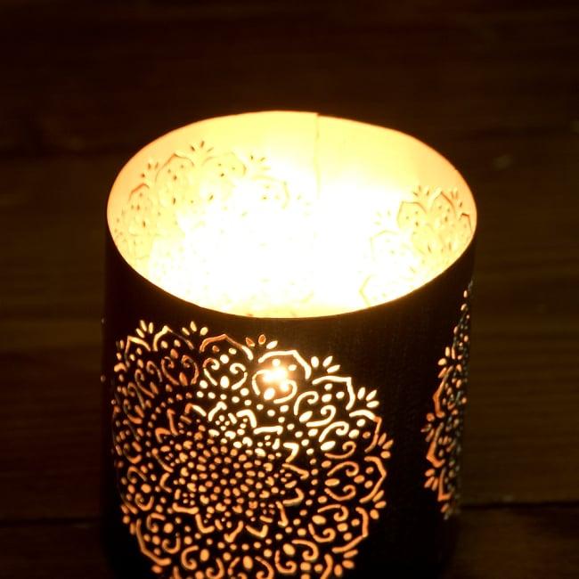 幾何学模様の透かし彫りが美しいマンダラランプ[円筒形・マンダラ 高さ:8cm] 3 - 繊細な切子細工の様子です。地面に投げかける光が美しいです。