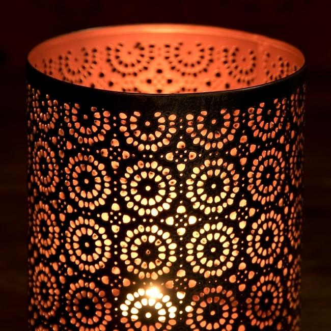 幾何学模様の透かし彫りが美しいマンダラランプ[円筒形  高さ:15cm] 2 - 繊細な切子細工の様子です。地面に投げかける光が美しいです。