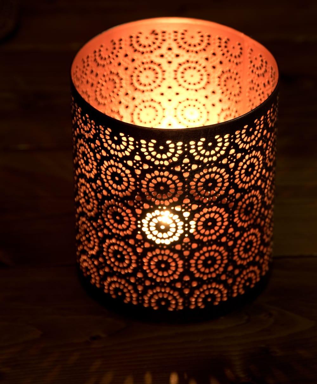 幾何学模様の透かし彫りが美しいマンダラランプ[円筒形  高さ:15cm] 3 - 繊細な切子細工の様子です。地面に投げかける光が美しいです。
