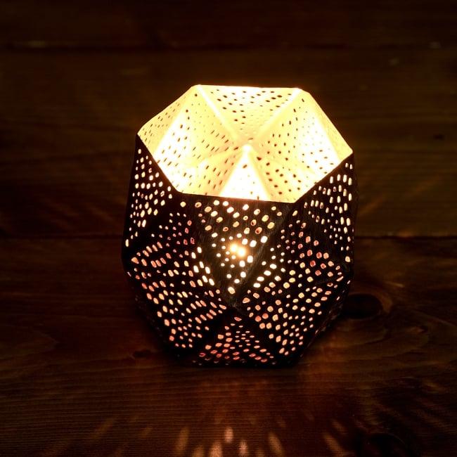 切り抜き細工のメタルキャンドルホルダー 3 - 繊細な切子細工の様子です。地面に投げかける光が美しいです。