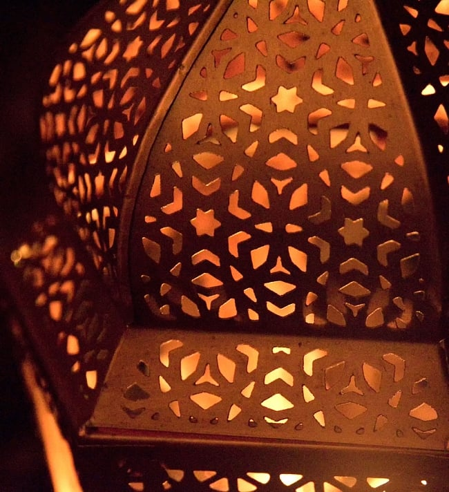 【29cm】モロッコスタイル スタンド型LEDキャンドルランタン【ロウソク風LEDキャンドル付き】 10 - 暗くして、中にキャンドルを入れてみました