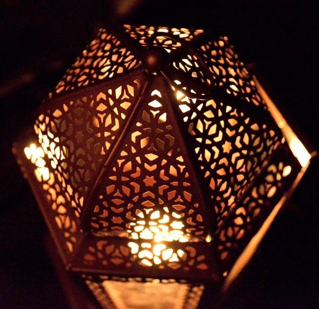 【29cm】モロッコスタイル スタンド型LEDキャンドルランタン【ロウソク風LEDキャンドル付き】 14 - 暗くして、中にキャンドルを入れてみました