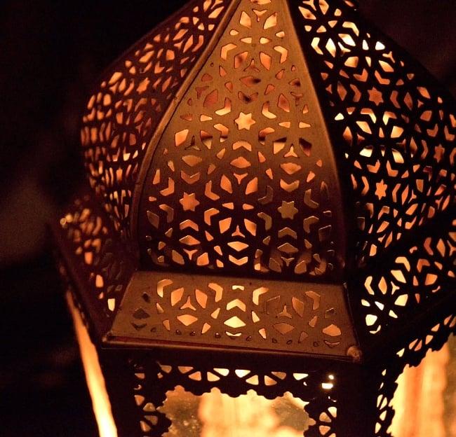 【29cm】モロッコスタイル スタンド型LEDキャンドルランタン【ロウソク風LEDキャンドル付き】 9 - 暗くして、中にキャンドルを入れてみました