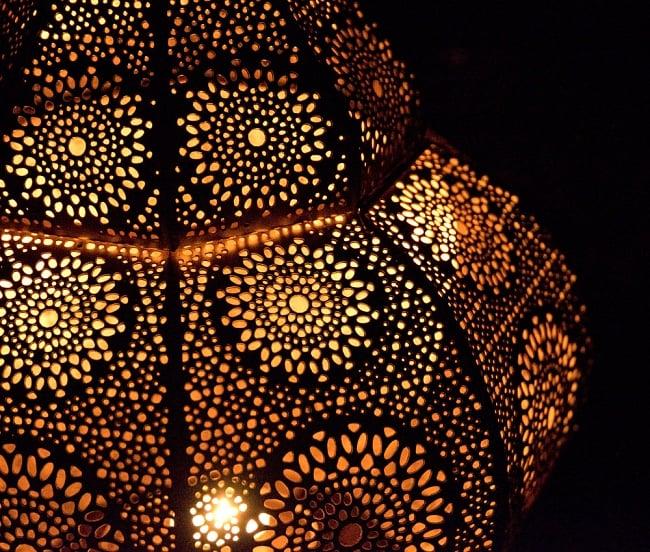 【66cm】モロッコスタイル スタンド型LEDキャンドルランタン【ロウソク風LEDキャンドル付き】 17 - 暗くして、中にキャンドルを入れてみました